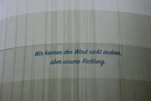 """Aufschrift am Hamberger Windrad: """"Wir können den Wind nicht ändern, aber unsere Richtung."""""""
