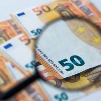 50 Euro Banknoten unter einer Lupe