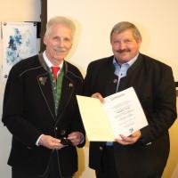 Günter Lenz und Georg Reitsberger bei der Verleihung der Silbernen Ehrennadel der Gemeinde Vaterstetten