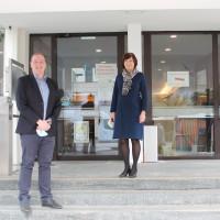 Der 1. Bürgermeister, Leonhard Spitzauer, und die zweite Bürgermeisterin, Maria Wirnitzer, auf den Stufen des Vaterstettener Rathauses, mit Corona-Abstand