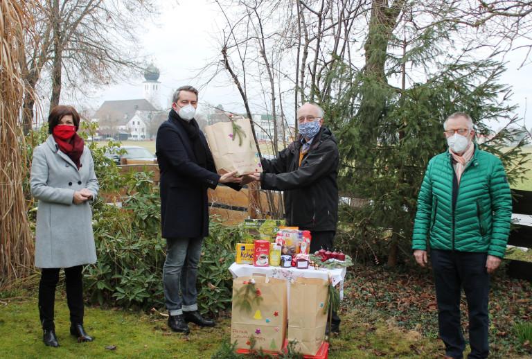 2. Bürgermeisterin Maria Wirnitzer und Vorsitzender Raphael Melcher überreichen die Spenden des Ortsvereins Vaterstetten an den Vorstand des Altenhilfewerks Vaterstetten.